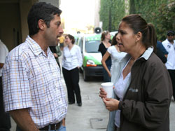 Photo of Richard Garfein, PhD, MPH, consulting with Proyetcto el Cuete team member Prisci Orozovich.