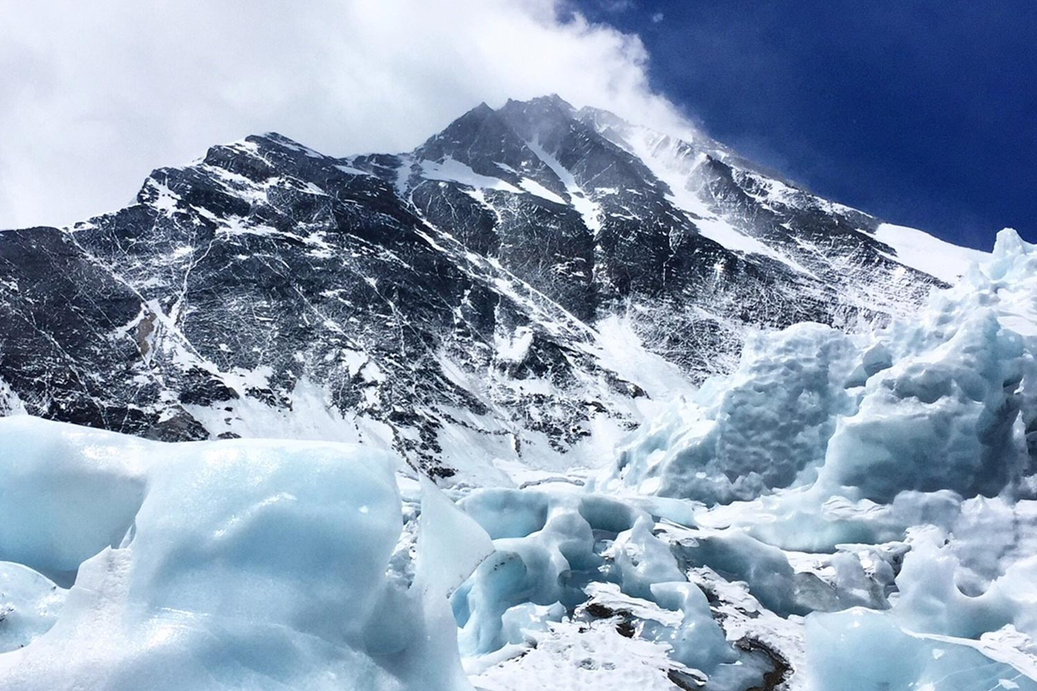 Daytime view depicting the conditions on Mt. Everest. Photo by Mang Lin