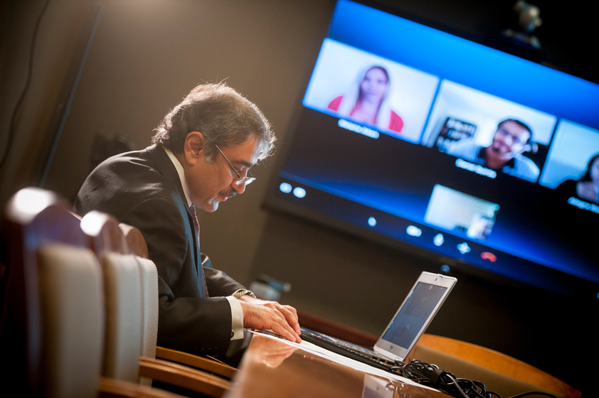 Chancellor Khosla initiated a video conference via Skype with UC San Diego alumni to discuss a common bond—beginning an exciting stage in their careers.