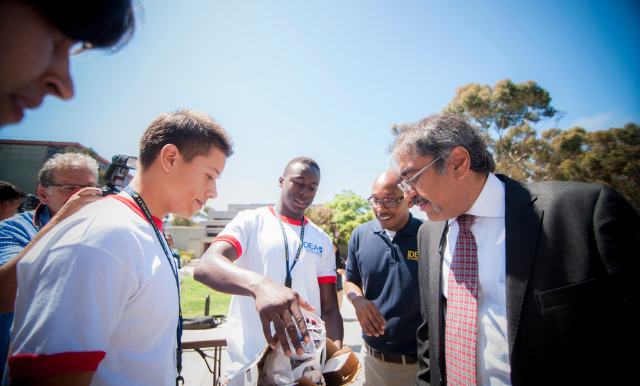 Chancellor Khosla offered advice to freshmen during a team building tomato drop as part of the Jacobs School of Engineering Summer PrEP Program.