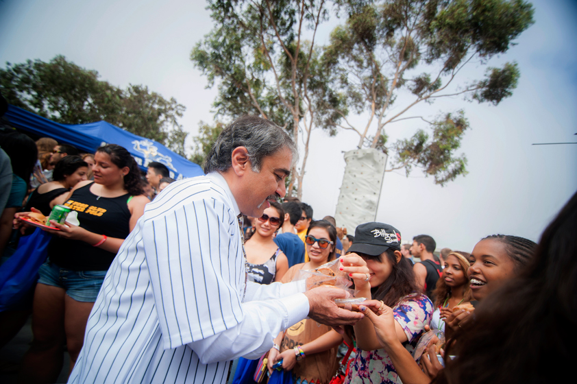 Chancellor Khosla greets students with cookies on RIMAC Ridgewalk during the Student Service Fair.
