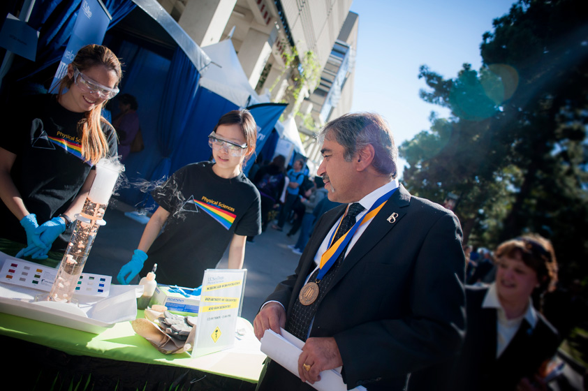 Chancellor Khosla speaks with students at the Physical Sciences booth.