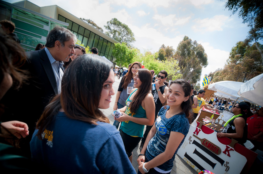Chancellor Khosla talks with newly admitted students and volunteers on library walk.